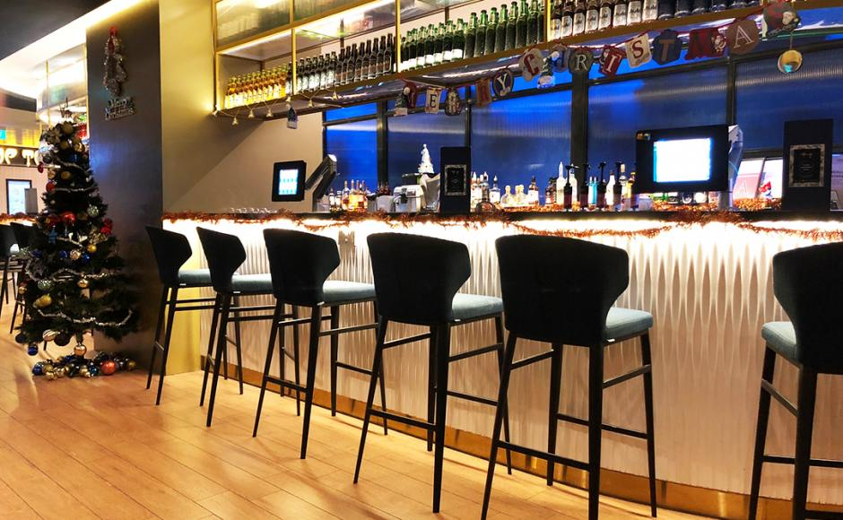 Harry's Bar - Changi Airport Terminal 3| Product Seen: [Elephant Barchair SH750]